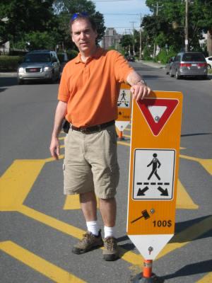 I proposed median crosswalk signs that have made crossing the road safer in CSL - J'ai amené l'idée de ces nouveaux panneaux de signalisation pour piétons qui ont fait traverser la route plus sûre en CSL