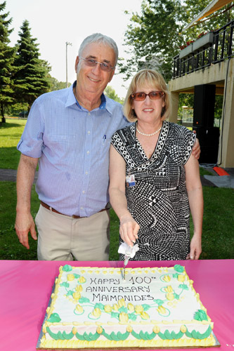 Larry Nachshen and Barbara Gold cut the centennial cake of the Maimonides Geriatric Centre