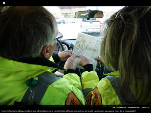 vCOP Supervisors Lewis Cohen and Susie Schwartz consult the street map while on patrol (Photo: Martin Chamberland, La Presse)